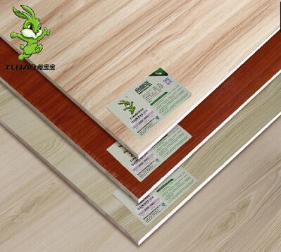 板材内含甲醛量级别科普知识:E0级和E1级板材怎么去区别? 很多业主朋友不明白板材的E0、E1级是什么意思,觉得卖家说得好像挺有道理的,但又害怕被忽悠,所以往往难以选择。 其实板材的级别指的是成品板材内含甲醛量的高低,其中E0级为最高级,环保指数最高,含甲醛量最少,0.